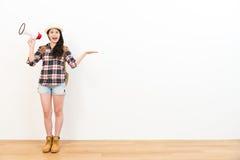 Viajante consideravelmente fêmea que faz a indicação do gesto Foto de Stock