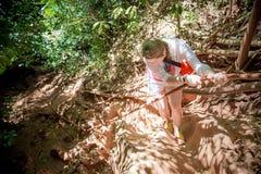 Viajante da jovem mulher nas escaladas brancas a montanha em uma corda Vista de acima Selva tropical fotos de stock