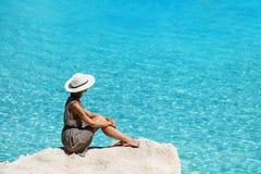 Viajante da jovem mulher que olha o mar, o curso e o conceito ativo do estilo de vida Conceito do abrandamento e das férias foto de stock royalty free