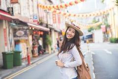 Viajante da menina pronto para explorar a cidade fotografia de stock royalty free