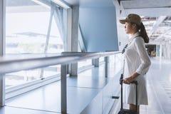 Viajante da mulher com saco, bagagem, chegada da mala de viagem no airpor Fotos de Stock Royalty Free