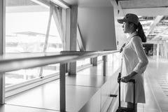 Viajante da mulher com saco, bagagem, chegada da mala de viagem no airpor Imagens de Stock Royalty Free