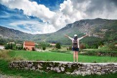 Viajante da mulher com a trouxa perto das montanhas Fotografia de Stock