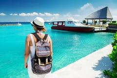 Viajante da mulher com a trouxa perto do barco na ilha tropical Imagem de Stock