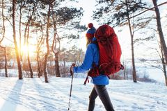 Viajante da mulher com a trouxa que caminha as férias ativas do conceito da aventura do estilo de vida do curso exteriores Paisag fotografia de stock