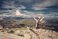 Viajante da mulher na montanha alta, mãos acima no ar Foto de Stock Royalty Free
