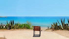 Viajante da poltrona do lazer na praia com opiniões do mar fotos de stock royalty free