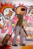 Viajante de bilhete mensal do homem, grafitti urbano Fotografia de Stock Royalty Free