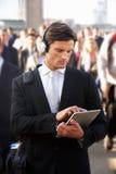 Viajante de bilhete mensal masculino na multidão Fotografia de Stock