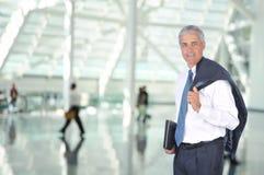Viajante de negócio no Concourse do aeroporto Fotografia de Stock Royalty Free