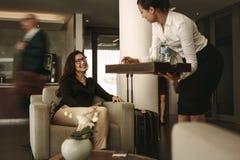 Viajante de negócios na sala de estar de espera do aeroporto fotografia de stock