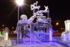 Viajante do espaço da escultura na noite Imagens de Stock Royalty Free