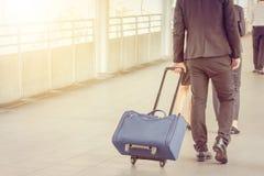 Viajante do homem de negócios e da mulher de negócios com bagagem no fundo da cidade, executivos da cidade de passeio do assinant Fotografia de Stock