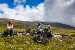 Viajante do moderno sobre montanhas foto de stock royalty free