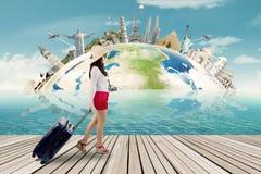 Viajante e o fundo dos monumentos do mundo Imagens de Stock Royalty Free