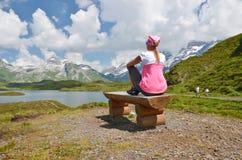 Viajante em um lago da montanha Fotos de Stock Royalty Free