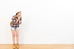 Viajante fêmea entusiasmado notícia surpreendida do curso Fotografia de Stock