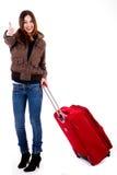 Viajante fêmea novo que mostra o thumbs-up fotos de stock royalty free