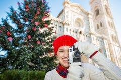 Viajante feliz da mulher que faz fotos do Natal em Florença Fotos de Stock Royalty Free