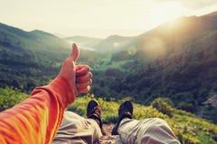 Viajante feliz que mostra o polegar acima fotos de stock royalty free