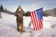 Viajante idoso nas montanhas imagens de stock