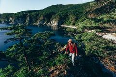 Viajante masculino na costa de mar Imagens de Stock Royalty Free