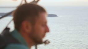 Viajante masculino pensativo que olha o mar infinito, sonhando sobre aventuras video estoque