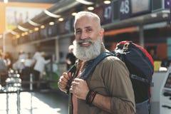 Viajante não barbeado que parte que localiza no airdrome Imagem de Stock Royalty Free