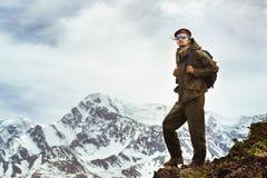 Viajante na parte superior das montanhas conceito do curso Fotos de Stock Royalty Free
