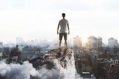 Viajante na rocha na cidade Imagem de Stock Royalty Free