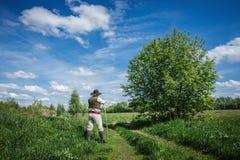 Viajante na roupa velha com um alforje Fotografia de Stock