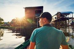 Viajante na vila de flutuação fotografia de stock