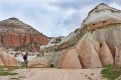 Viajante nas montanhas, Cappadocia, Turquia Imagem de Stock