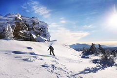 Viajante nas montanhas no inverno Imagem de Stock Royalty Free