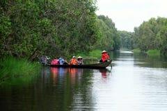 Viajante no turismo do eco no barco de fileira Fotos de Stock Royalty Free