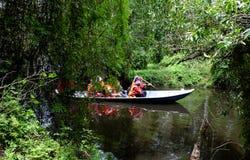 Viajante no turismo do eco no barco de fileira Foto de Stock