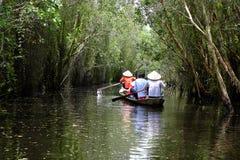 Viajante no turismo do eco no barco de fileira Imagens de Stock Royalty Free