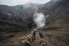 Viajante no vulcão da cratera em Bromo Gunung Bromo fotografia de stock