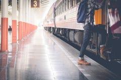 Viajante novo com a trouxa na estrada de ferro Foto de Stock
