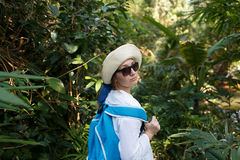 Viajante novo com a trouxa na selva Conceito da descoberta Curso Imagens de Stock