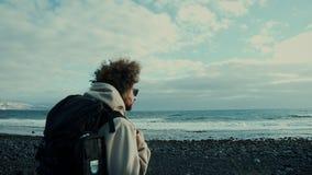 Viajante novo do nômadas na caminhada épico da praia da montanha filme