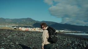 Viajante novo do nômadas na caminhada épico da praia da montanha video estoque
