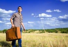 Viajante novo no meio de em nenhuma parte Imagem de Stock