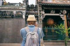 Viajante novo que toma imagens da cidade antiga no estilo de Ásia fotos de stock