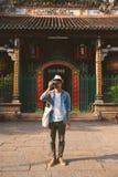 Viajante novo que toma imagens da cidade antiga no estilo de Ásia foto de stock royalty free
