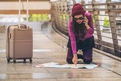 Viajante perdido que faz a chamada que pede a ajuda imagens de stock royalty free
