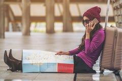Viajante perdido que faz a chamada que pede a ajuda fotografia de stock