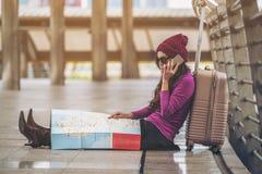 Viajante perdido que faz a chamada que pede a ajuda fotos de stock royalty free