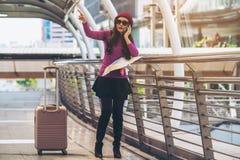Viajante perdido que faz a chamada que pede a ajuda imagens de stock