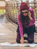 Viajante perdido que faz a chamada que pede a ajuda imagem de stock royalty free